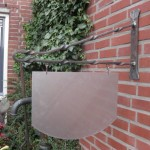 7. Uithangbord gesmeed uit ijzer 60 cm afm. 41 x 30 € 75,-